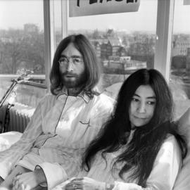 John & Yoko No. 8 door Govert de Roos