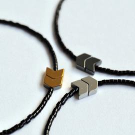 Arrow Armband zwart / zwart - Flessenpost