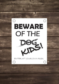 Tuinposter Beware of the dog kids - Diverse formaten