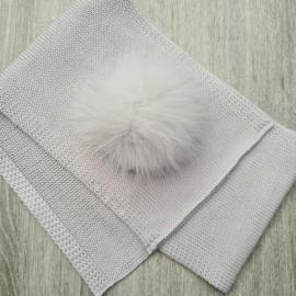 Grijze sjaal met strik en pompon