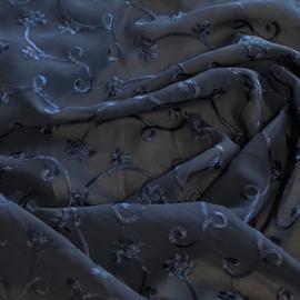 Donkerblauw geborduurde crèpe voile