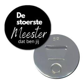 """Opener/Magneet """" De stoerste meester """" zwart ( PER STUK )"""