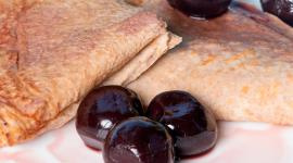Flensjes van speltbloem met warme kersen | Recept voor 4 pers  (30 min)
