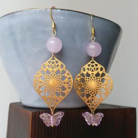 Oorbellen met gouden boho hangers en lila vlinder kraal