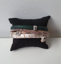 Armband van leer in donkergroen, beige en wit/zilver met bedels