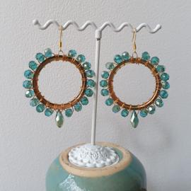 Hoops met blauw groene kristal kralen