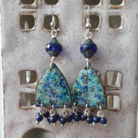 Oorbellen met geëmailleerde koperen hangers en lapis lazuli