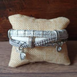 Armband van leer wit-zilver met bedels