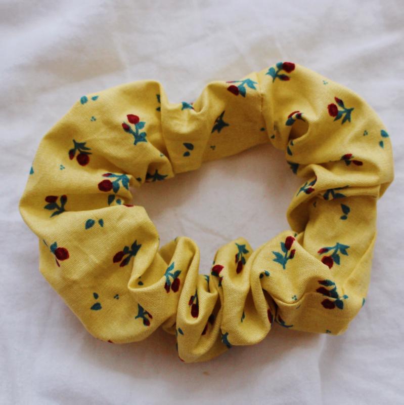 Scrunchie geel en rozen