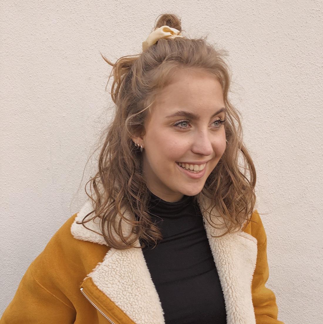 Eigenaar van Dutch Scrunchies, Iris Daleweij. Iris draagt hier de cream satin scrunchie.