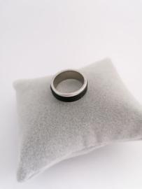 RVS Ring met zwarte randen in het midden