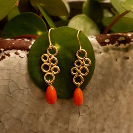 Gouden oorhangers met bloedkoraal