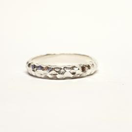Zilveren ring met grof motief