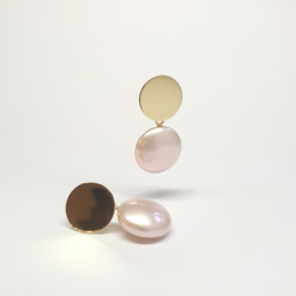 Gouden oorstekers met zoetwater muntparels