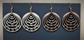 houten oorbel rond met kleine cirkeltjes