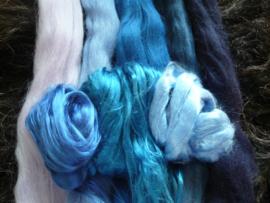 Lontwol met moerbeizijde blauwtinten