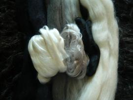 Lontwol met moerbeizijde zwart, wit en grijstinten
