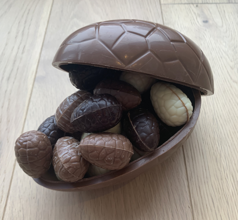 Chocolade ei met paaseitjes