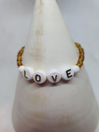 Armbandje  love met gouden rocailles