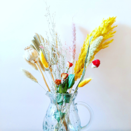 Droogbloemen boeket  in kan van oud glas