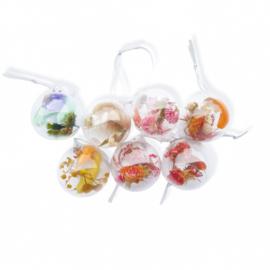 Kerstbal met droogbloemen - verschillende kleuren en maten mogelijk. Prijs vanaf: