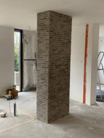 Project Bricks op pilaar en in de gang