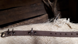 Classic donker bruin suede halsband