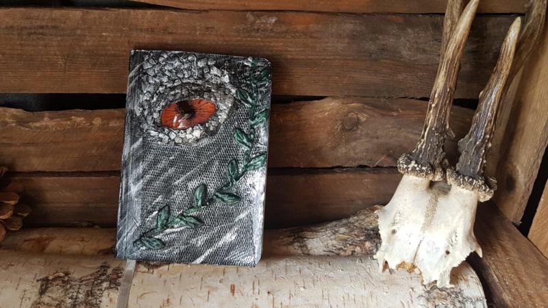 Notitieblok A6 zilveren draak met koperen oog