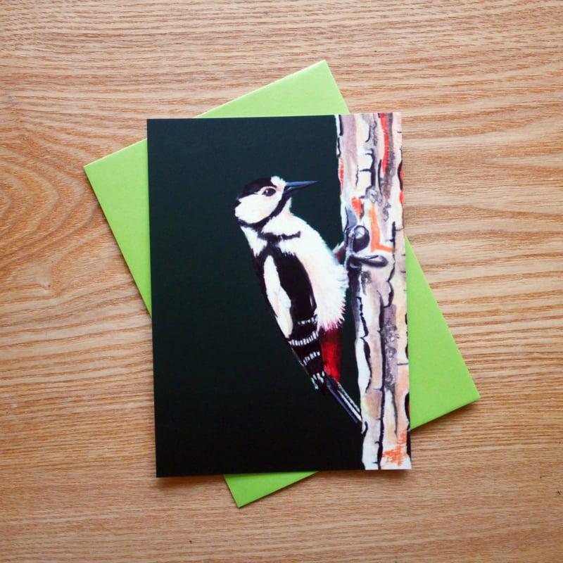Grote bonte specht kaart met gekleurde envelop