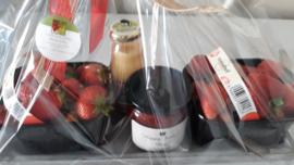 geschenkmand: verse aardbeien, 1 pot huisgemaakte aardbeienconfituur en 1 pot lokale advocaat