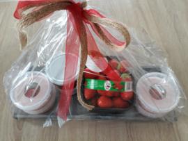 geschenkverpakking: verse aardbeien, huisgemaakte aardbeienconfituur en huisgemaakte aardbeienbavarois