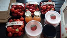 geschenkverpakking: verse aardbeien, huisgemaakte aardbeienconfituur, huisgemaakte aardbeienbavarois en natuurlijk appel- aardbeiensap