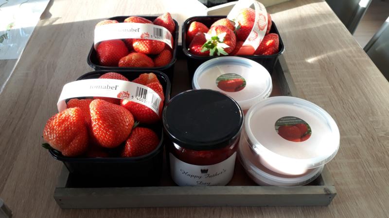 geschenkverpakking: verse aardbeien, huisgemaakte aardbeienconfituur en huisgemaakte  bavarois