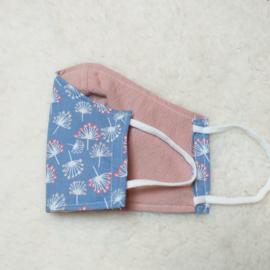 Kinder mondkapje lichtblauw met pluisjes en oudroze
