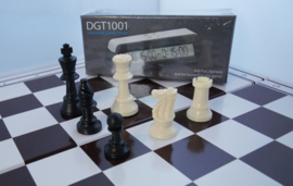 Kunstof schaakbord en stukken Staunton 4 met een DGT 1001 schaakklok