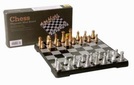 Op klapbaar kunststof schaakspel