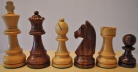 Klassiek staunton schaakstukken op Zurich 55 bord