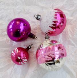 oude antieke kerstballen gekleurd roze