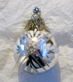 Oude antieke kerstbal met antieke glaskralen
