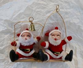 Kerstmannen op schommel