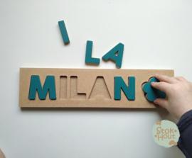 Naampuzzel 0-5 letters. Bijv. 'Milan - petrol blauw'