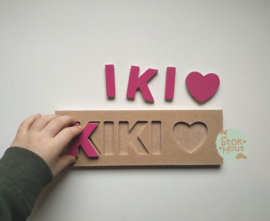 Naampuzzel 0-5 letters. Bijv. 'Kiki - fuchsia roze'