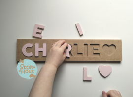 Naampuzzel 6-8 letters. Bijv. 'Charlie - zacht roze'