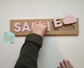 Naampuzzel 0-5 letters. Bijv. 'Sanne - zacht roze'