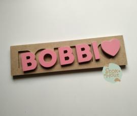 Naampuzzel 0-5 letters. Bijv. 'Bobbi - Seventies roze'