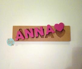 Naampuzzel 0-5 letters. Bijv. 'Anna - fuchsia roze'