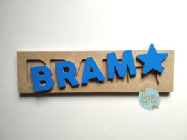 Naampuzzel 0-5 letters. Bijv. 'Bram - donker blauw'
