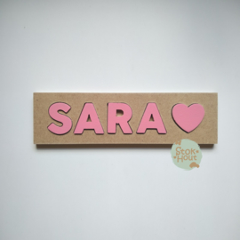 Naampuzzel 0-5 letters. Bijv. 'Sara - seventies roze'