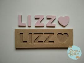 Naampuzzel 0-5 letters. Bijv. 'Lizz - zacht roze'