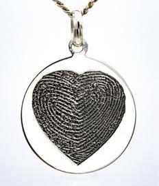 zilver rond hanger met hartgavure